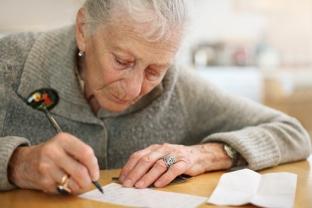 anciana escribiendo